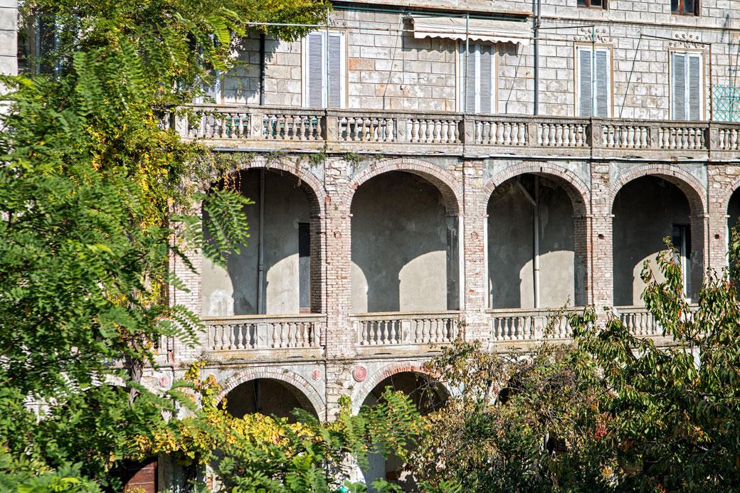Arches d'un bâtiment de Varzi, Italie