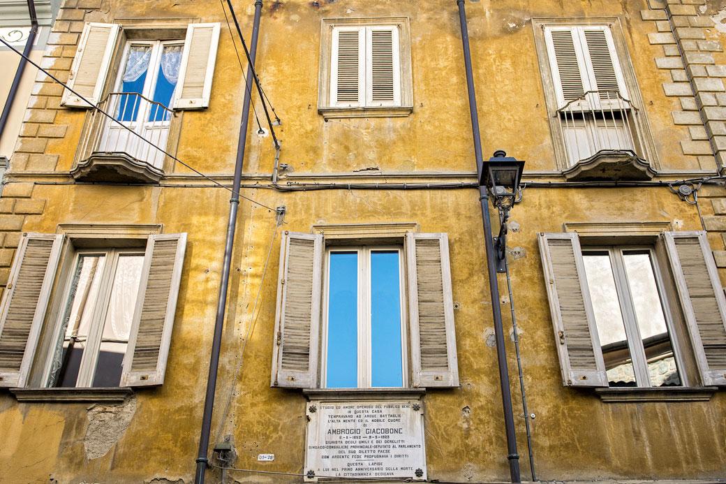 Façade jaune d'un bâtiment de Varzi, Italie