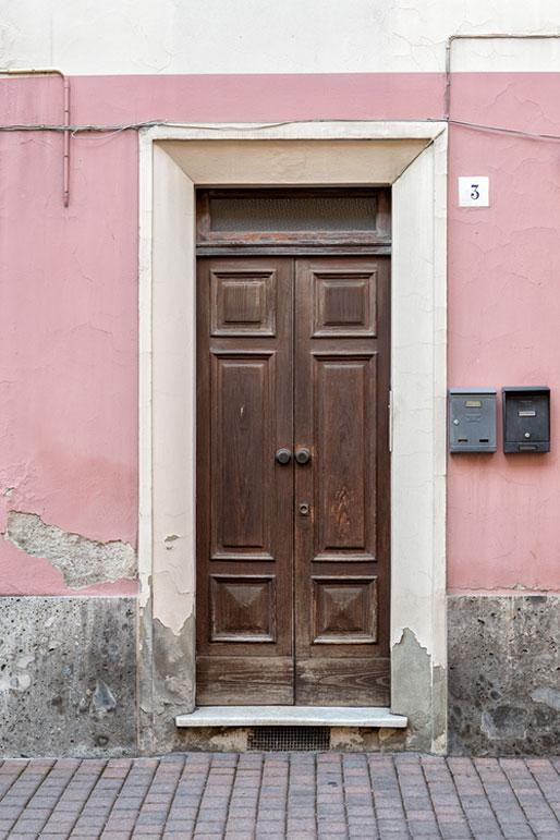 Porte et mur rose d'un bâtiment de Varzi, Italie