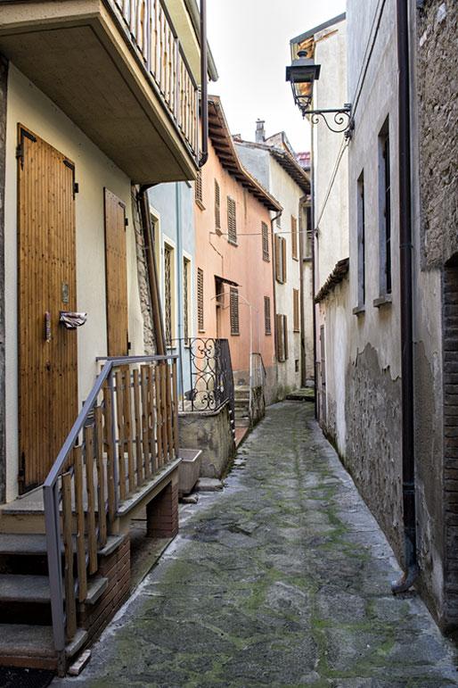 Ruelle du village de Varzi dans l'Oltrepò pavese, Italie