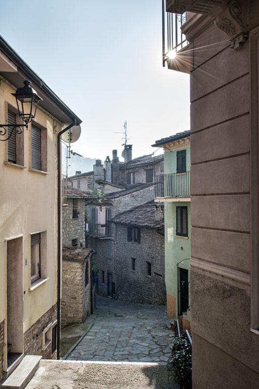 Soleil dans une ruelle de Varzi en Lombardie, Italie