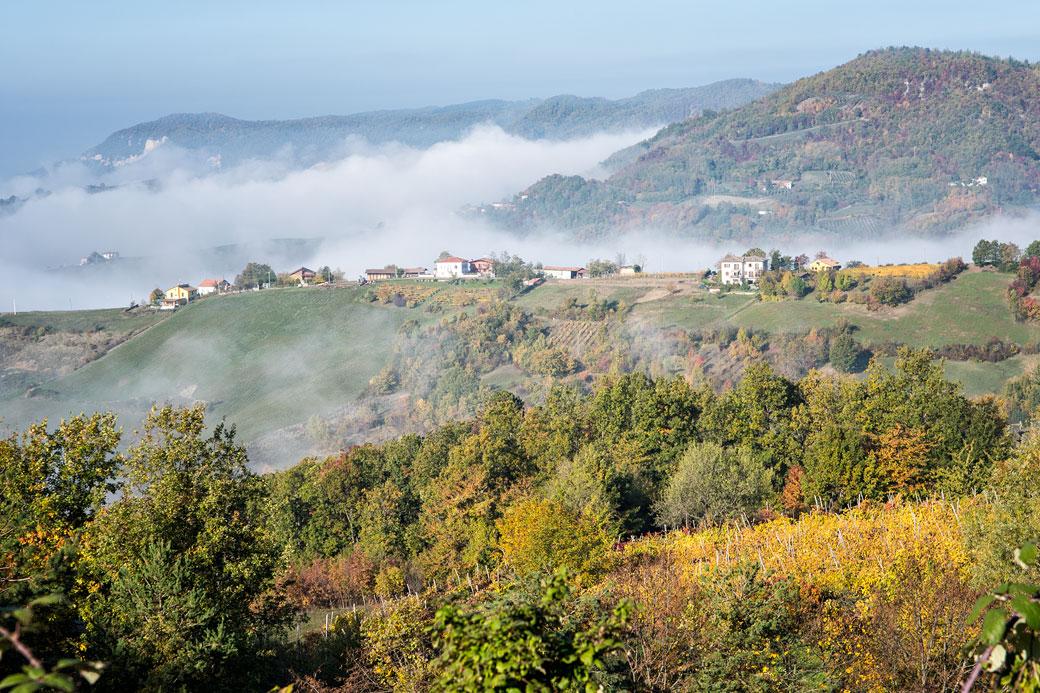 Brume sur les montagnes de l'Oltrepò pavese en Lombardie, Italie