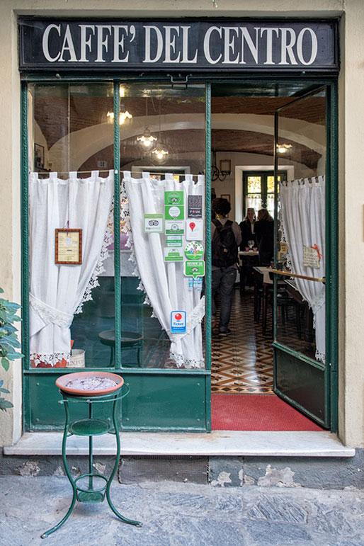 Caffe' del centro à Varzi en Lombardie, Italie