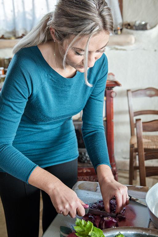 Iryna cuisine à la Casa di Paglia, Italie