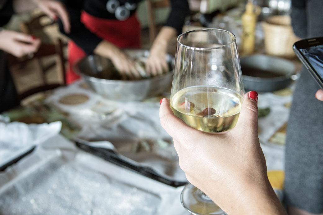 Dégustation de vin blanc à la Casa di Paglia, Italie