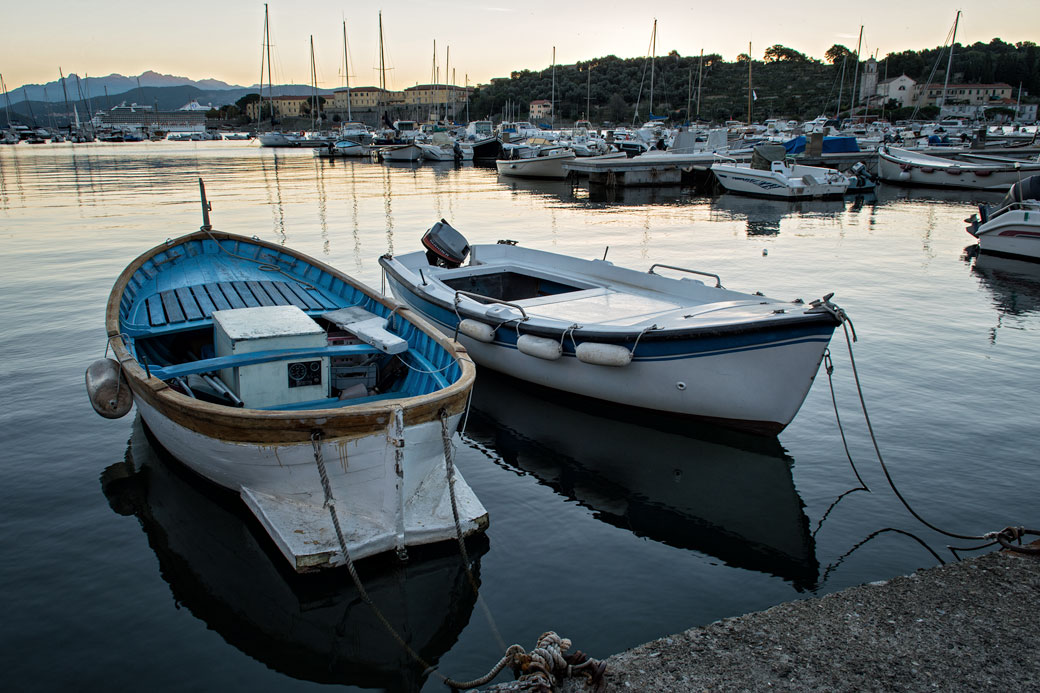 Barques dans le port de Le Grazie, Italie