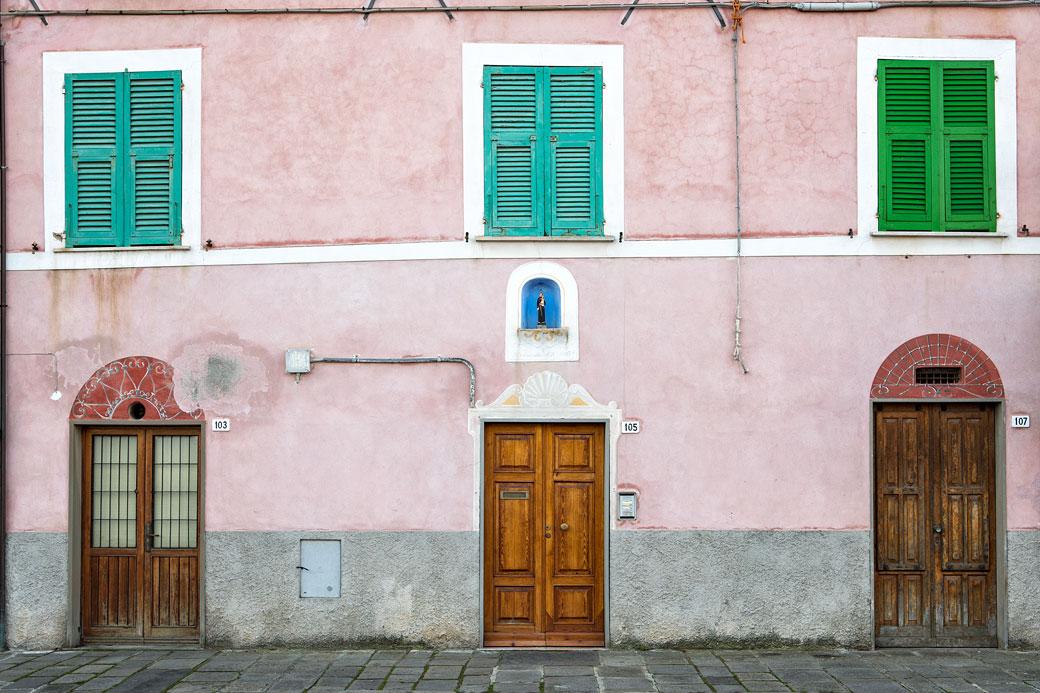 Portes et fenêtres closes d'une façade de Le Grazie, Italie