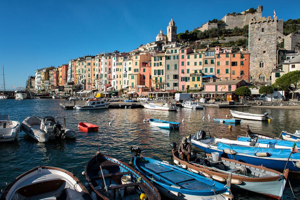 Barques devant le village coloré de Portovenere, Italie