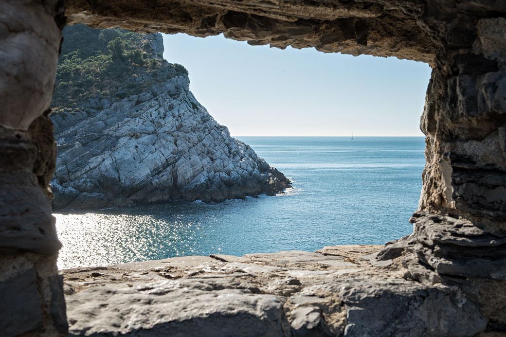 Ouverture dans la muraille de Portovenere en Ligurie, Italie