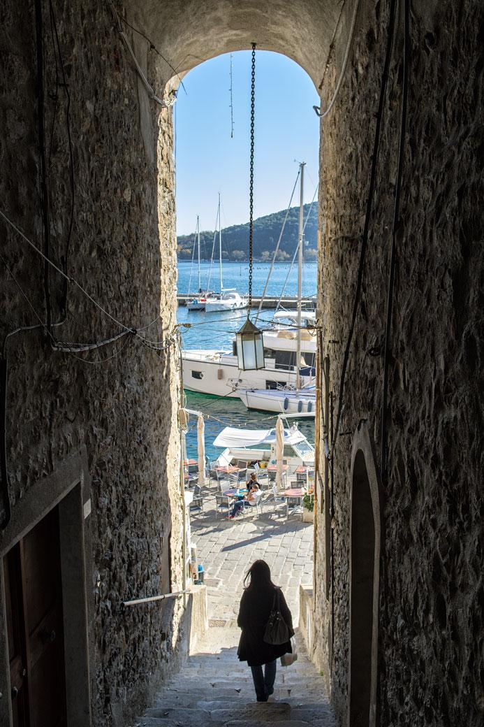 Passage voûté étroit dans le village de Portovenere, Italie