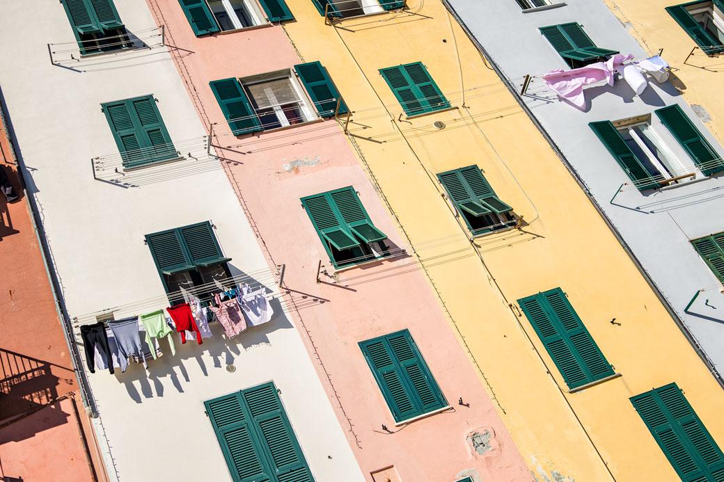 Lessive qui sèche aux fenêtres de Portovenere, Italie