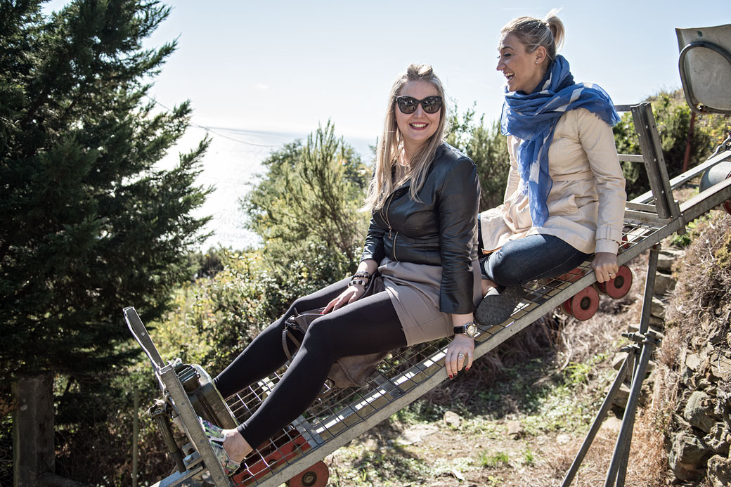 Svetlana et Iryna sur un monorail des Cinque Terre, Italie