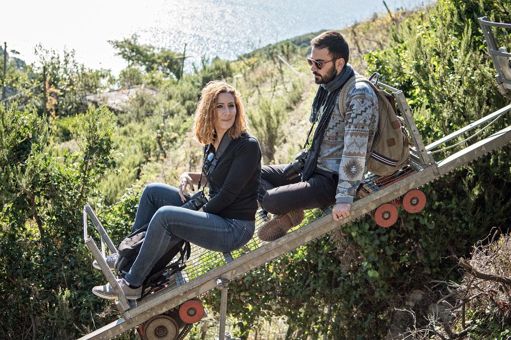 Letizia et Marko sur un monorail dans les Cinque Terre, Italie