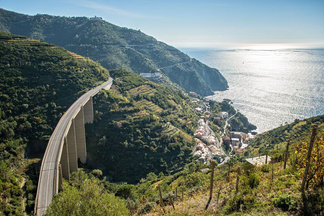 Pont au-dessus de Riomaggiore dans les Cinque Terre, Italie