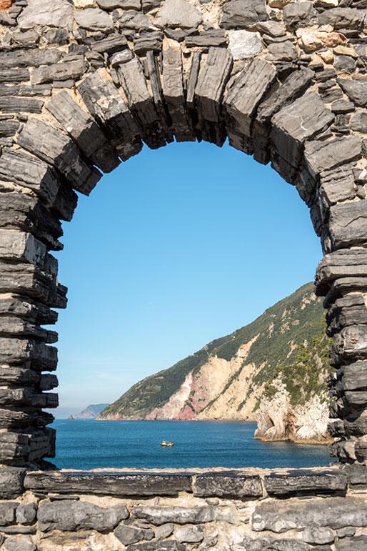 Ouverture sur la mer depuis une muraille de Portovenere, Italie