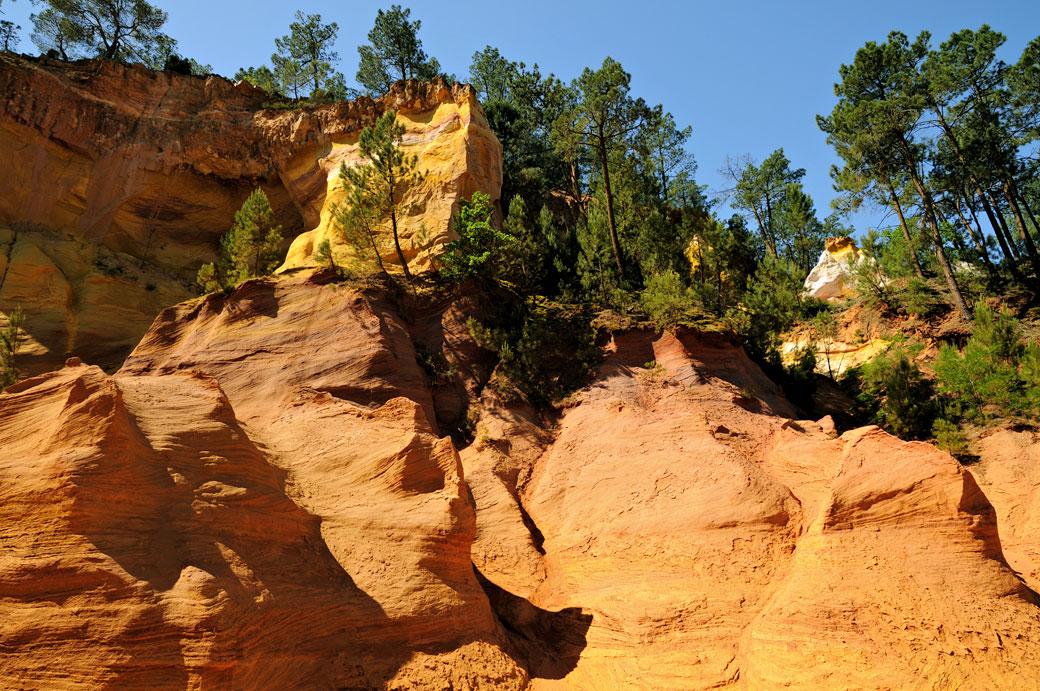 Falaises au sentier des ocres de Roussillon en Provence, France