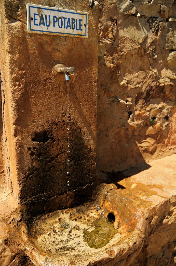 Fontaine d'eau potable à Roussillon, France
