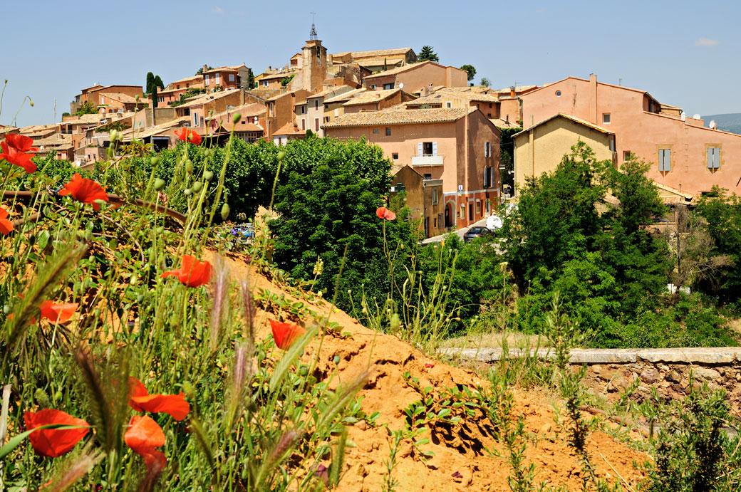 Le joli village de Roussillon en Provence, France