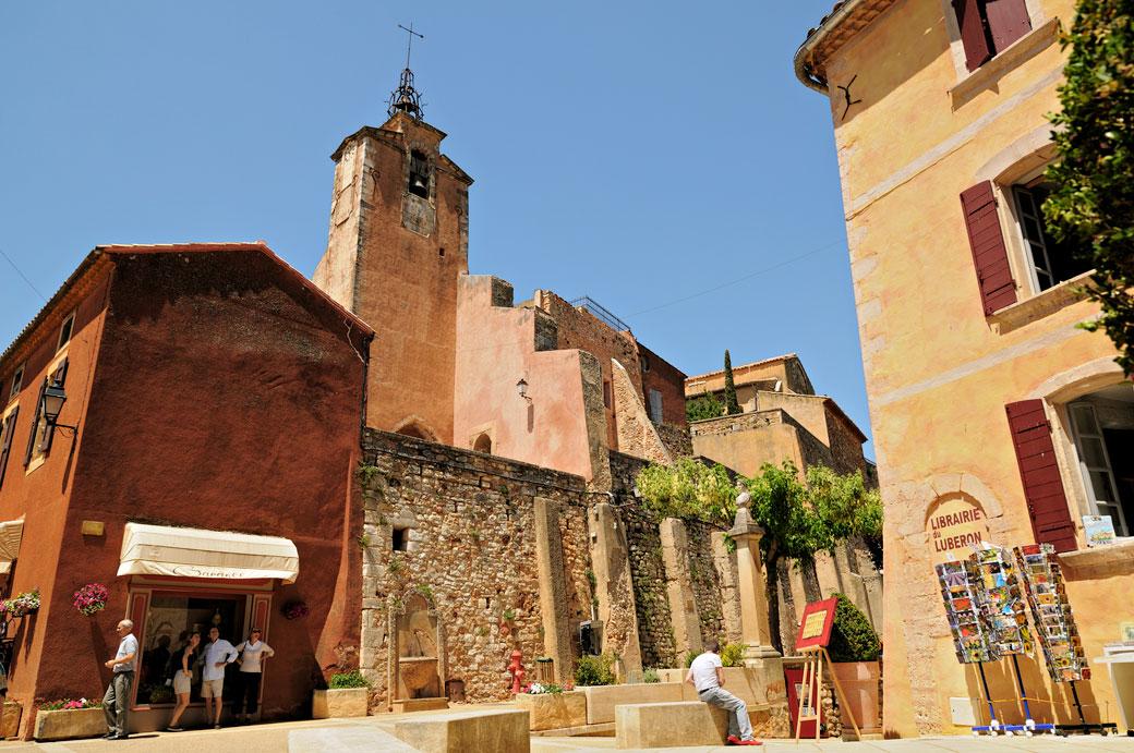 Beffroi et jolie place à Roussillon en Luberon, France