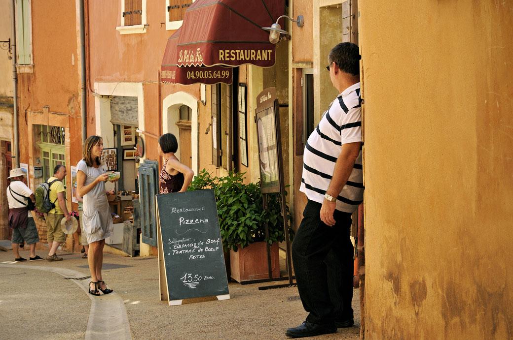 Rue animée de Roussillon en Provence, France