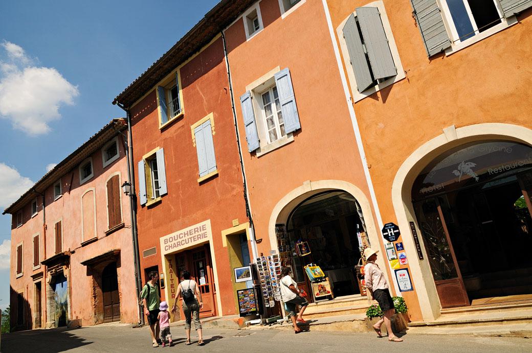 Boucherie, charcuterie et arcades à Roussillon, France