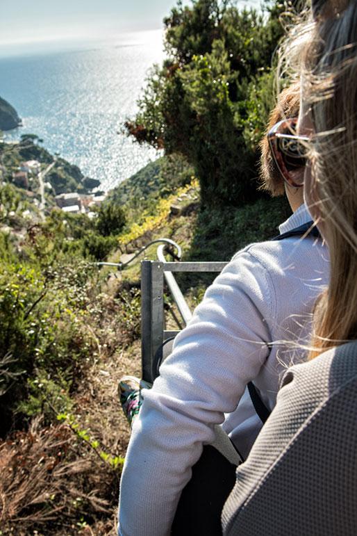 Descente vertigineuse sur un monorail dans les Cinque Terre, Italie