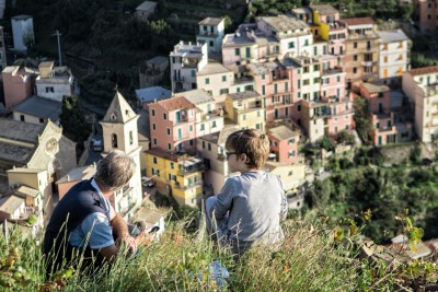 Contemplation du village de Manarola dans les Cinque Terre, Italie