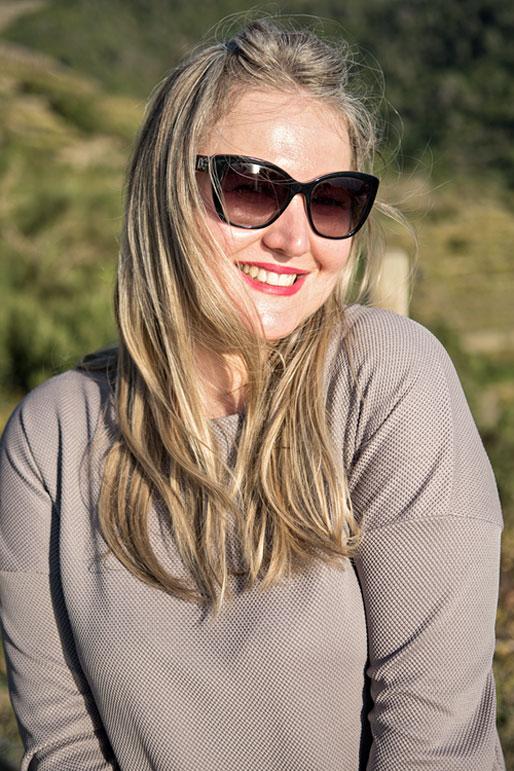 Svetlana tout sourire dans les Cinque Terre, Italie