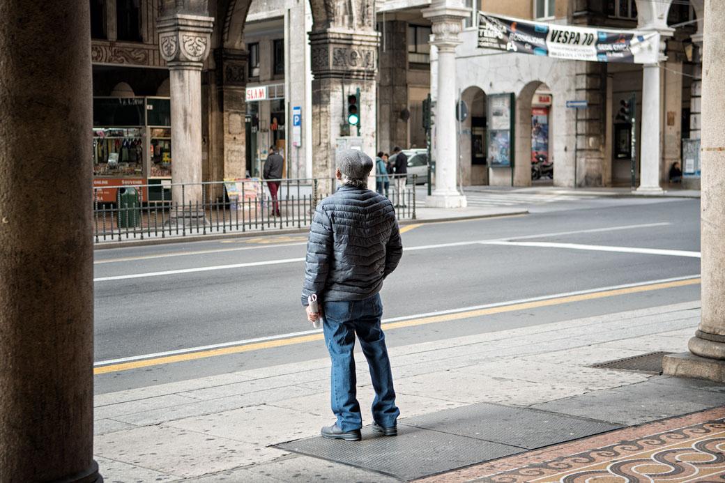 Homme dans la rue via XX Settembre à Gênes, Italie