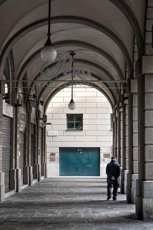 Vieil homme sous les arcades au centre de Gênes, Italie