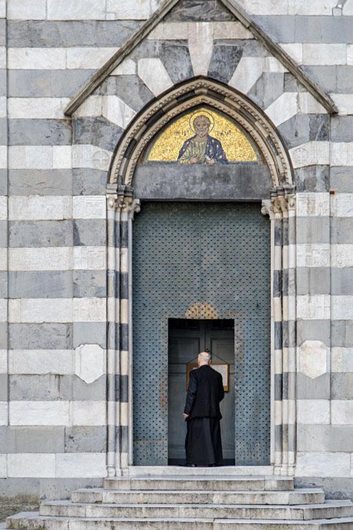 Prêtre à la porte de l'église San Matteo de Gênes, Italie