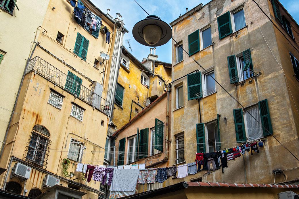 Linge qui sèche dans le centre historique de Gênes, Italie