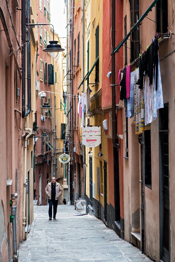 Homme dans le centre historique de Gênes, Italie