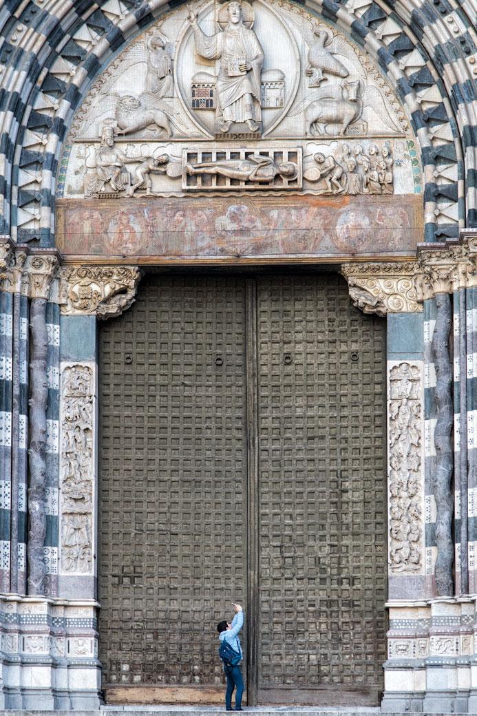 L'immense porte de la cathédrale San Lorenzo de Gênes, Italie