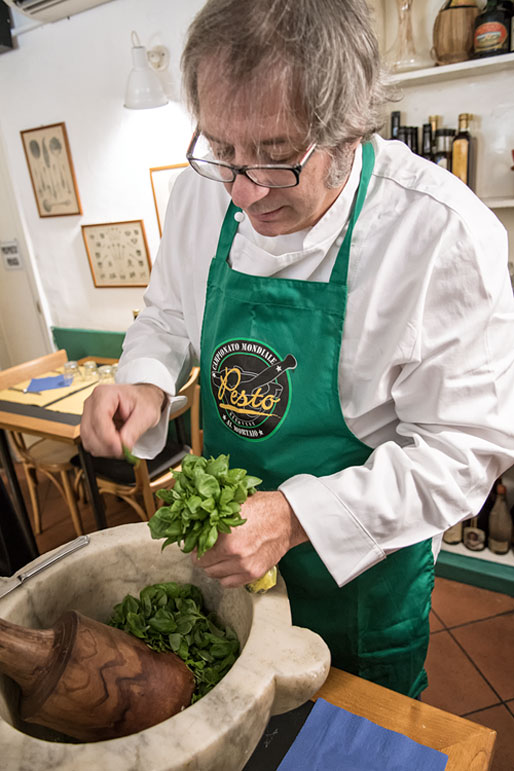 Roberto Panizza en train de faire du Pesto au mortier, Italie