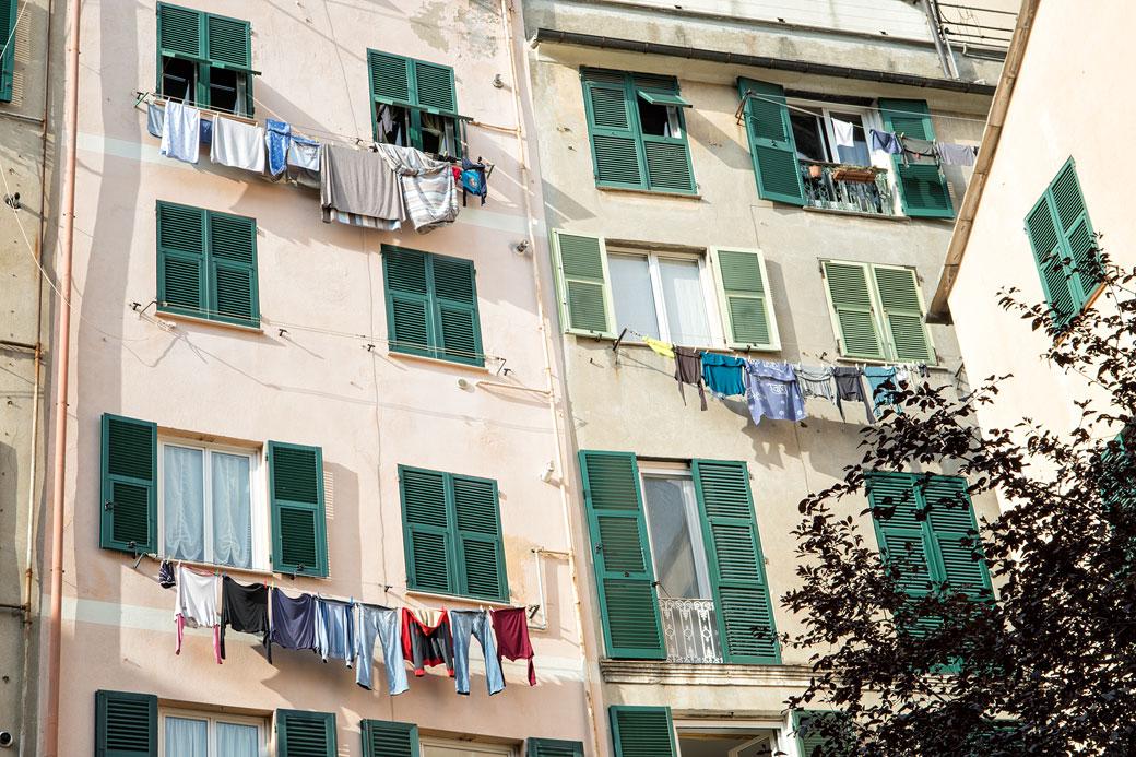 Linge qui sèche aux fenêtres de Gênes, Italie