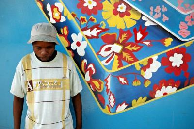 Jeune homme qui pose devant un mur bleu à Lusaka, Zambie