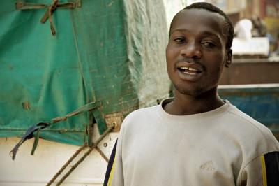 Jeune homme souriant dans une rue de Lusaka, Zambie