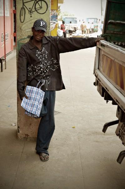 Jeune homme et son camion à Lusaka, Zambie