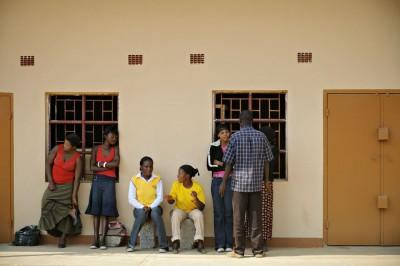 Groupe d'amis dans une rue de Lusaka, Zambie
