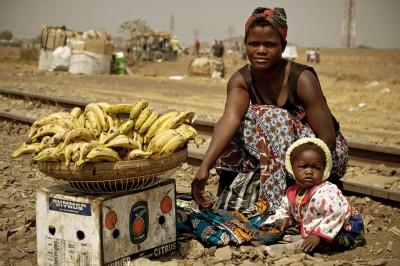 Jeune maman qui vend des bananes avec son bébé, Zambie