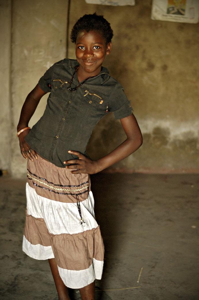 Jeune écolière fière dans sa classe, Zambie