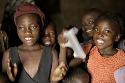 Des enfants chantent dans une classe de Lusaka, Zambie