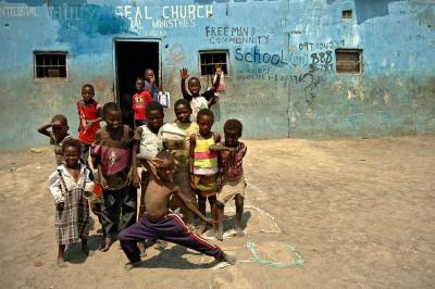 Groupe d'enfants devant une école de Lusaka, Zambie