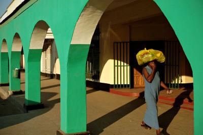 Femme sous les arches dans une rue de Livingstone, Zambie