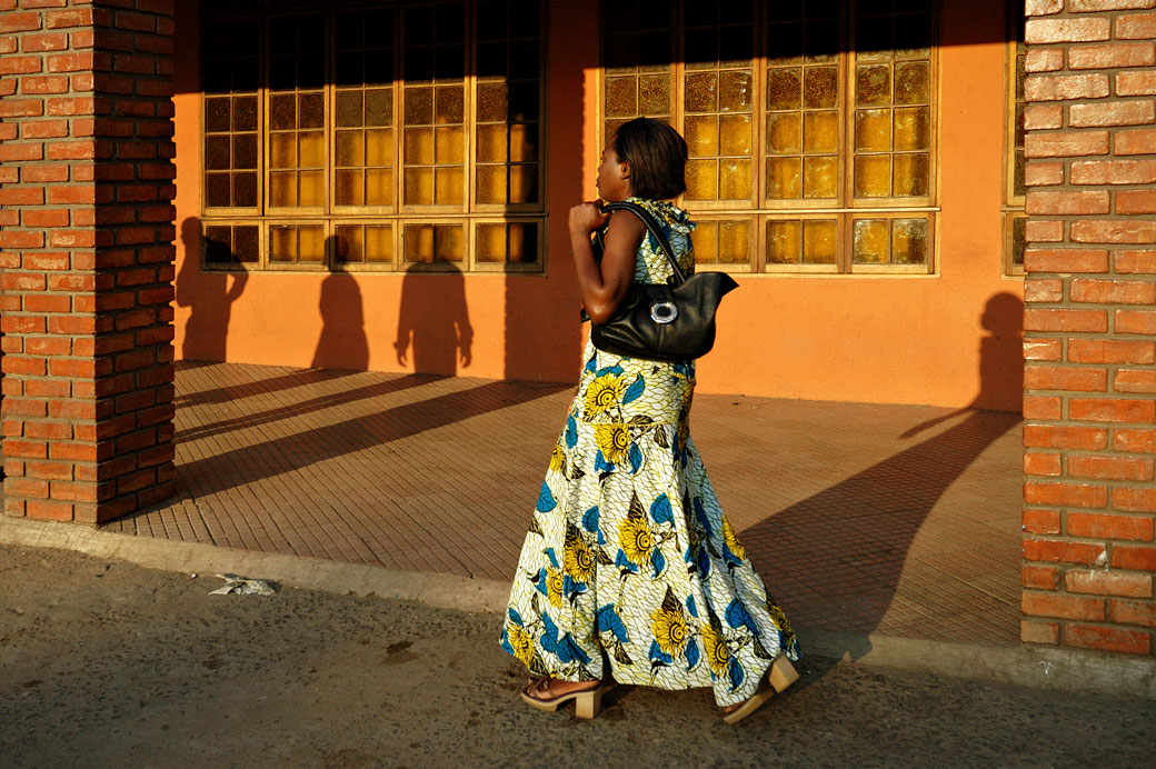 Jeune femme dans une rue de Livingstone, Zambie