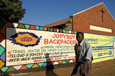 Église et publicité dans une rue de Livingstone, Zambie