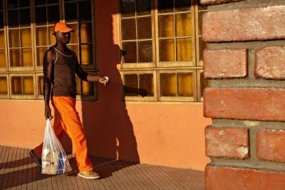 Jeune homme avec un sac de courses à Livingstone, Zambie