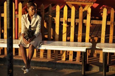 Jeune femme qui attend le bus à Livingstone, Zambie