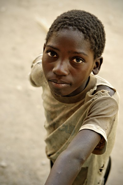 Garçon avec un regard perçant dans le village de Kawaza, Zambie